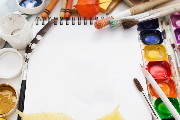 Taccuino in bianco con colorante e pennelli