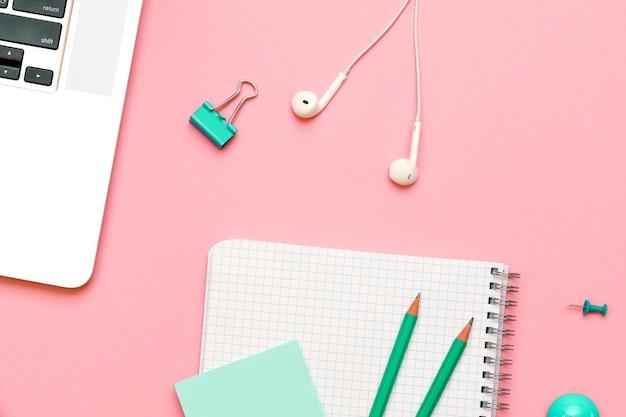 Blocco note a spirale vuoto con pagina bianca e matita di legno su sfondo rosa posto di lavoro con un blocco note a...