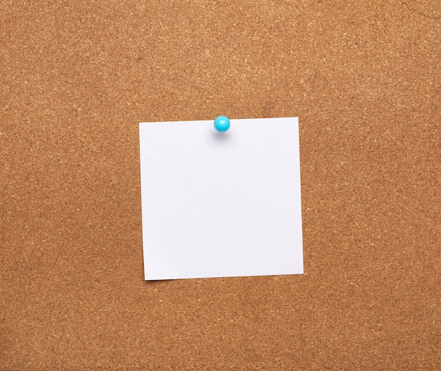 Foglio di carta bianco quadrato vuoto allegato con pulsante blu