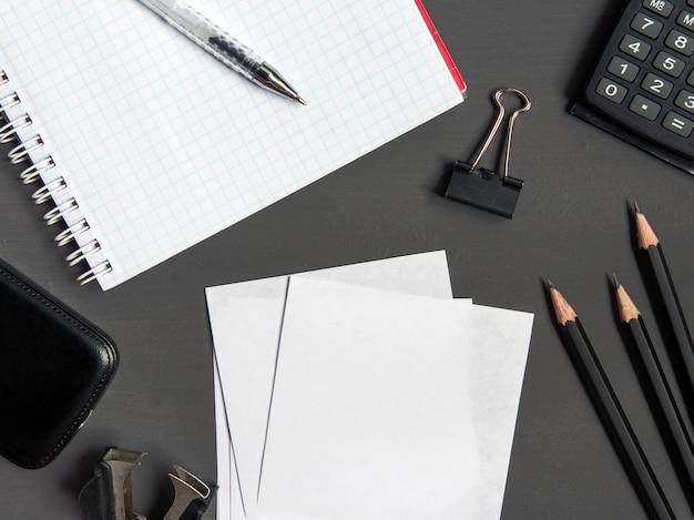 La cancelleria in bianco ha impostato su priorità bassa di carta. modello di identità aziendale.