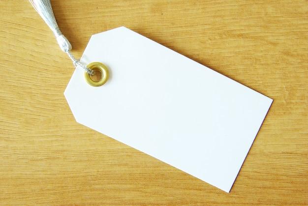 Etichetta vuota isolata su uno sfondo di legno