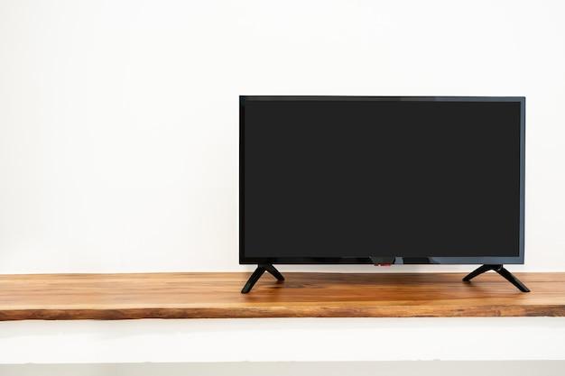 Schermo televisivo vuoto su armadio isolato su bianco Foto Premium