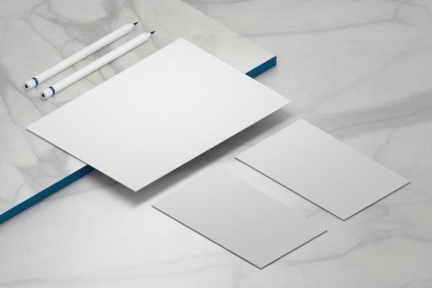 Foglio di carta a4 modello vuoto bianco e due biglietti da visita con matite