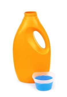 Detersivo vuoto e articoli per la pulizia su bianco