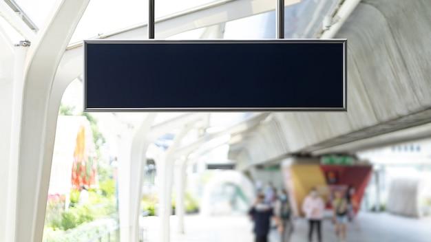 Bandiera bianca vuota alla stazione della metropolitana. tabellone per le affissioni in bianco nella stazione ferroviaria, mock up.