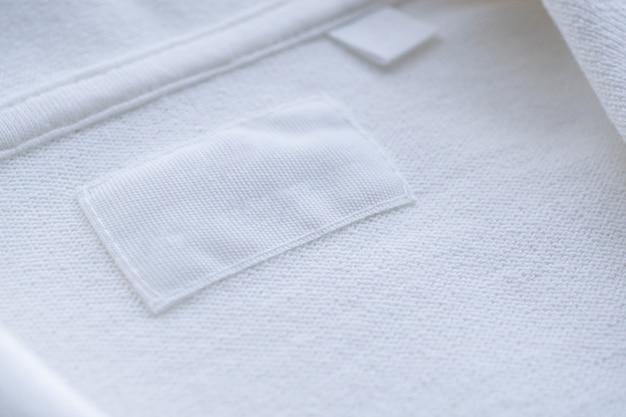 Etichetta di vestiti bianchi in bianco sulla nuova camicia