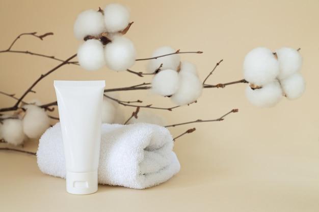 Tubo cosmetico bianco vuoto di crema, gel, cosmetico, medicina o dentifricio