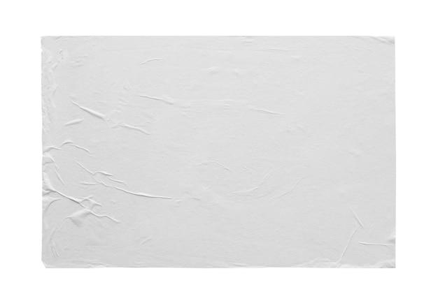 Struttura del manifesto di carta adesiva sgualcita e spiegazzata bianca vuota isolata su fondo bianco