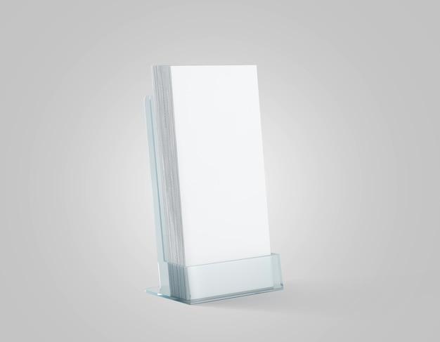 Pila di volantini bianchi in bianco nel supporto di plastica di vetro