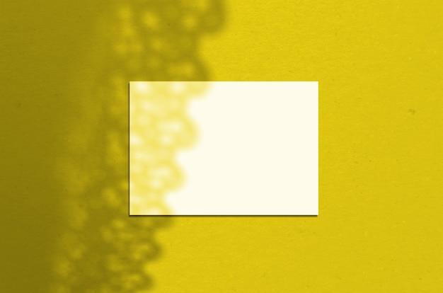 Foglio di carta orizzontale bianco vuoto 5 x 7 pollici con ombra