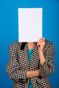 Carta bianca bianca sopra la testa ragazza che si copre il viso Foto Premium