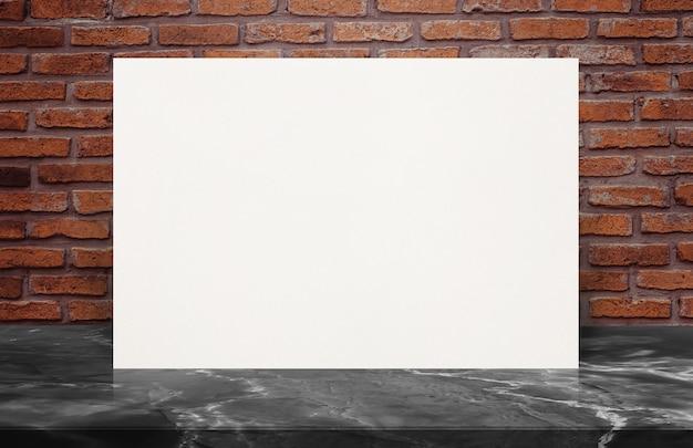Manifesto in bianco del libro bianco sul piano d'appoggio di pietra al vecchio muro di mattoni, derisione del modello su per l'aggiunta del vostro disegno.