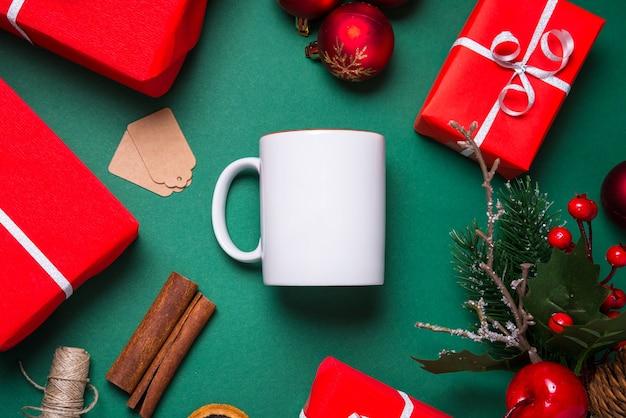 Tazza da caffè in porcellana bianca vuota, tazza piatta laici, concetto di natale