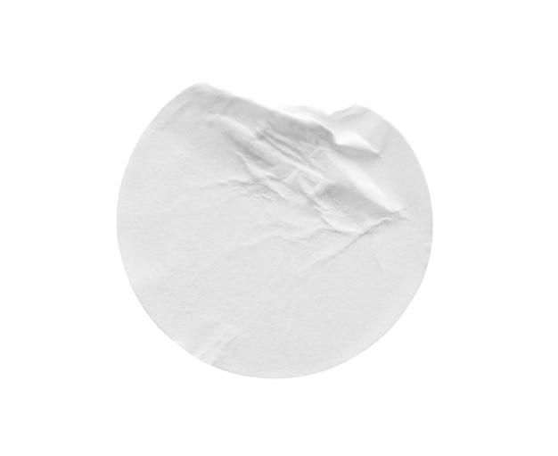 Etichetta adesiva di carta rotonda bianca vuota isolata su sfondo bianco con tracciato di ritaglio