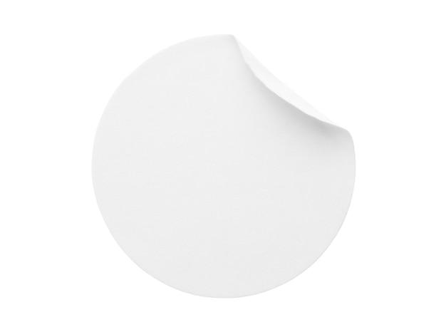 Etichetta adesiva di carta rotonda bianca vuota isolata su sfondo bianco