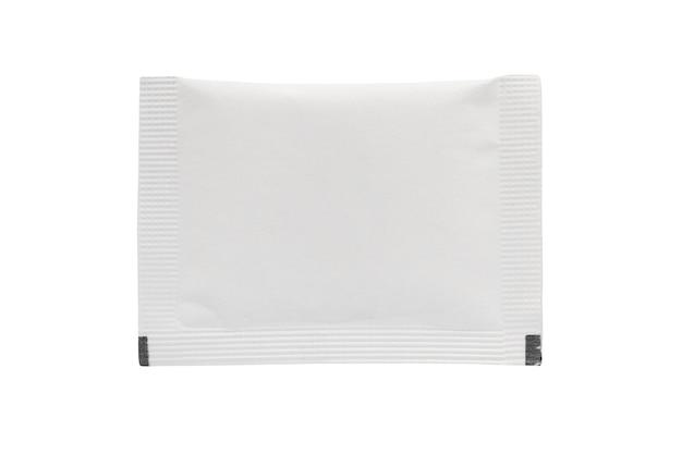 Pacchetto bustina bianco vuoto isolato su sfondo bianco
