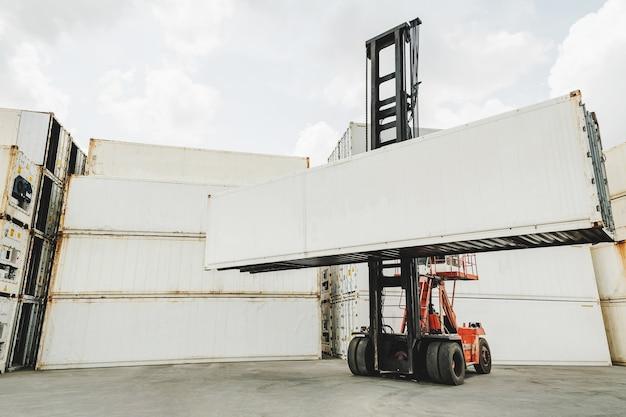 Contenitore di carico di spedizione bianco vuoto che carica sul carrello elevatore a forcale per trasporto, spedizione e logistica