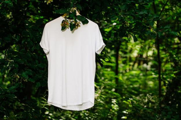 Maglietta bianca vuota mock up sull'albero