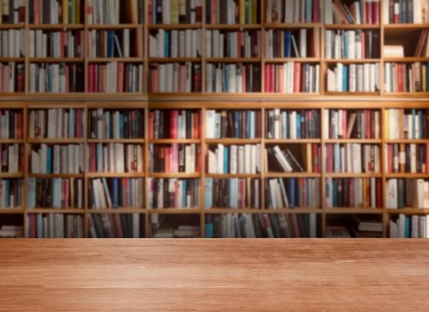 Vuoto di tavolo in legno in biblioteca