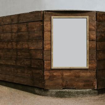 Cornice di legno vuota sul muro di mattoni marrone