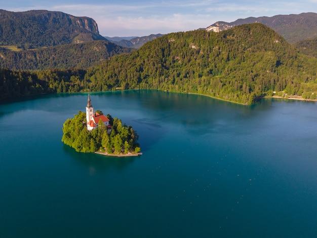 Vista aerea del drone del lago di bled dell'isola con la chiesa sul bellissimo lago nelle alpi giulie slovenia