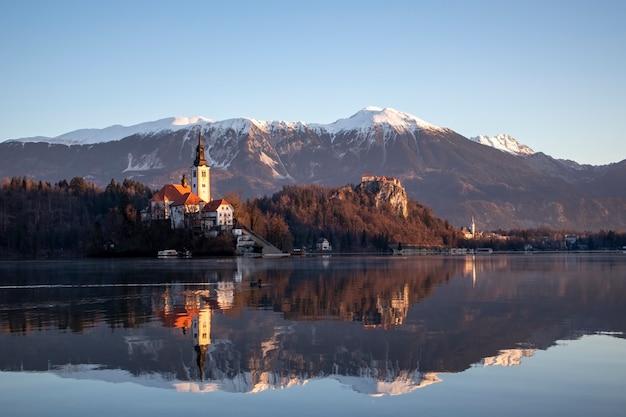Lago di bled una mattina d'inverno in anticipo all'alba con la vista dell'isola