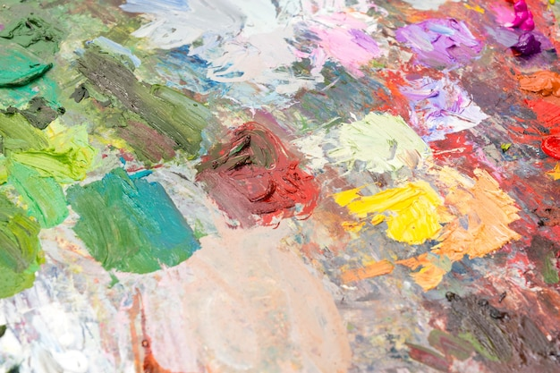Miscela di pittura a olio fresca su una tavolozza di artisti professionisti dai colori brillanti