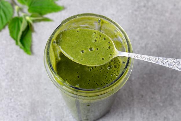 Frullato verde misto con ortiche e frutta