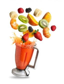 Frullatore con battenti di frutta, isolato dallo sfondo
