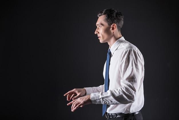Digitazione alla cieca. fiducioso uomo bello intelligente guardando lo schermo e digitando il testo mentre si lavora al computer
