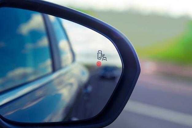 Sensore di monitoraggio della zona cieca sullo specchietto laterale di un'auto moderna