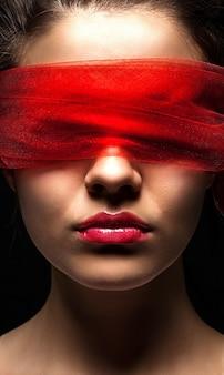 Maschera da ragazza femminile con abuso di schiavitù facciale bendato