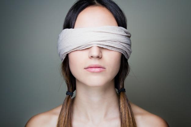 Donna con gli occhi bendati