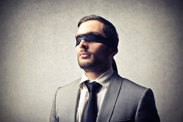 Uomo elegante con gli occhi bendati
