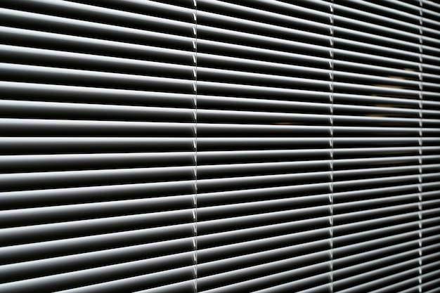Finestra di sfondo persiane con persiane metalliche all'interno del soggiorno foto di alta qualità
