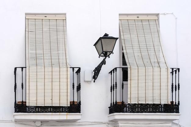 Persiane sui balconi nel centro storico di marbella