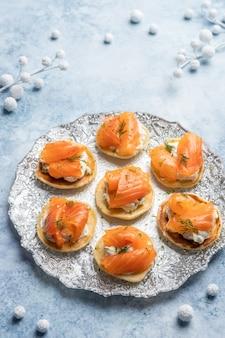 Blini con salmone affumicato e panna acida, guarnito con aneto