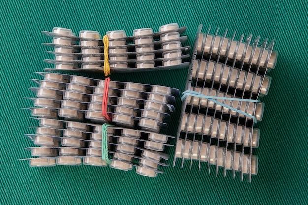 Le confezioni blister sono comunemente utilizzate come imballaggi per compresse, capsule o pastiglie farmaceutiche.