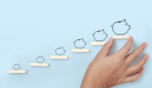 Accatastamento dei blocchi come gradino in mano. il concetto di business per la crescita del processo di successo