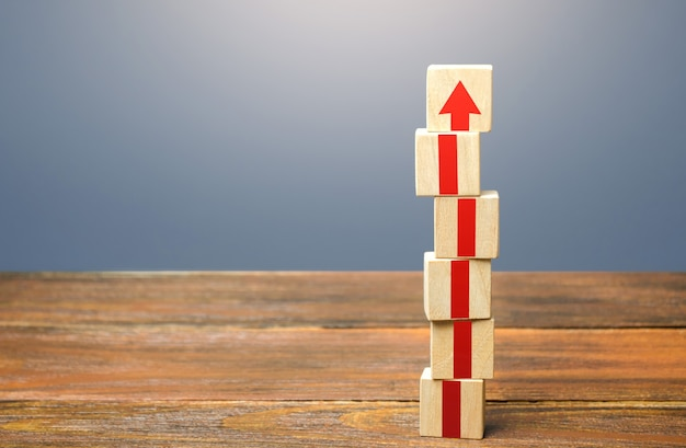 Blocco torre con frecce rosse sviluppo di crescita e concetto di progresso promozione di carriera passo dopo passo