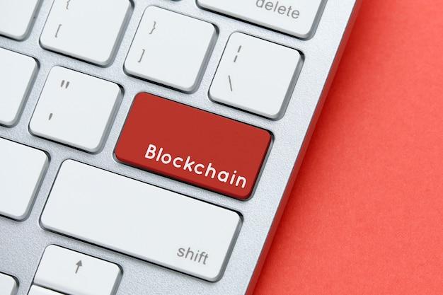 Concetto di tecnologia blockchain sulla tastiera con pulsante.