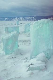 Blocchi di ghiaccio sul lago baikal siberia russia