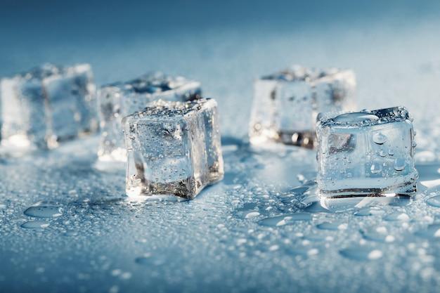 Blocchi di ghiaccio con il primo piano di gocce d'acqua.