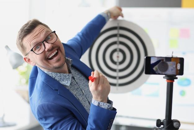 Blogger conduce formazione online per raggiungere obiettivi aziendali e di carriera di piccole e medie imprese