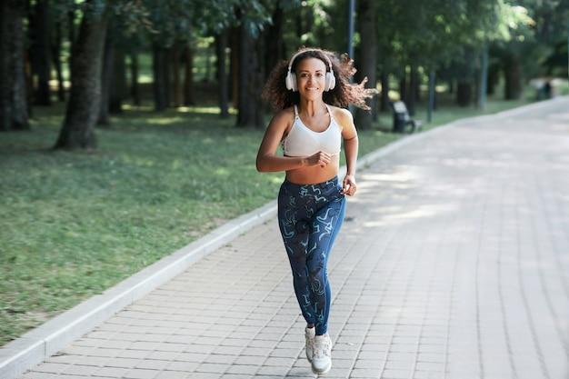Blogger fotografa una donna durante una corsa mattutina