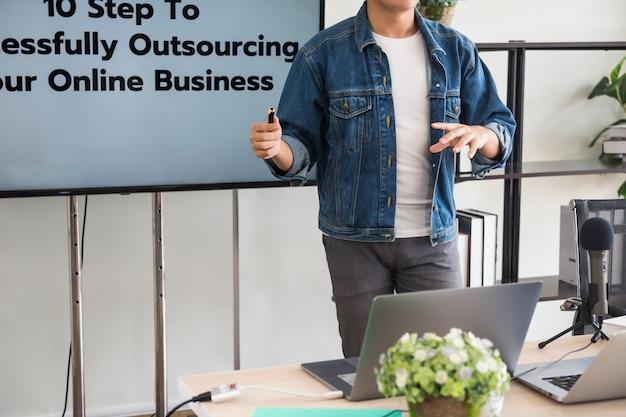 Podcaster di blogger che guida business online