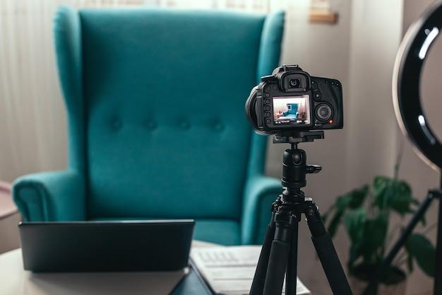 Posto di lavoro di blogger, preparazione per le riprese video, nessuna persona