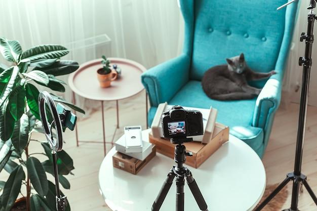 Il posto di lavoro di blogger, in preparazione per le riprese video del disimballaggio delle scatole