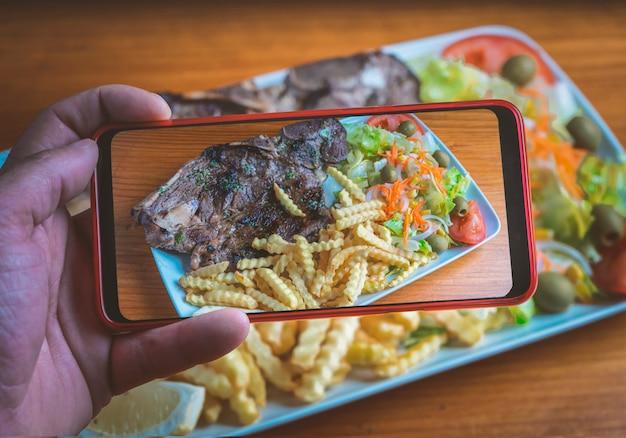 Blogger scatta una foto del piatto di cibo