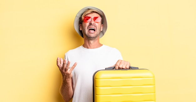 Uomo adulto biondo che sembra disperato, frustrato e stressato. concetto di viaggiatore